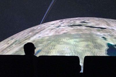 Publik tittar på rymden i realtid