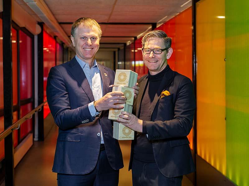 Per Lyrvall och Peter Skogh med träklotsar